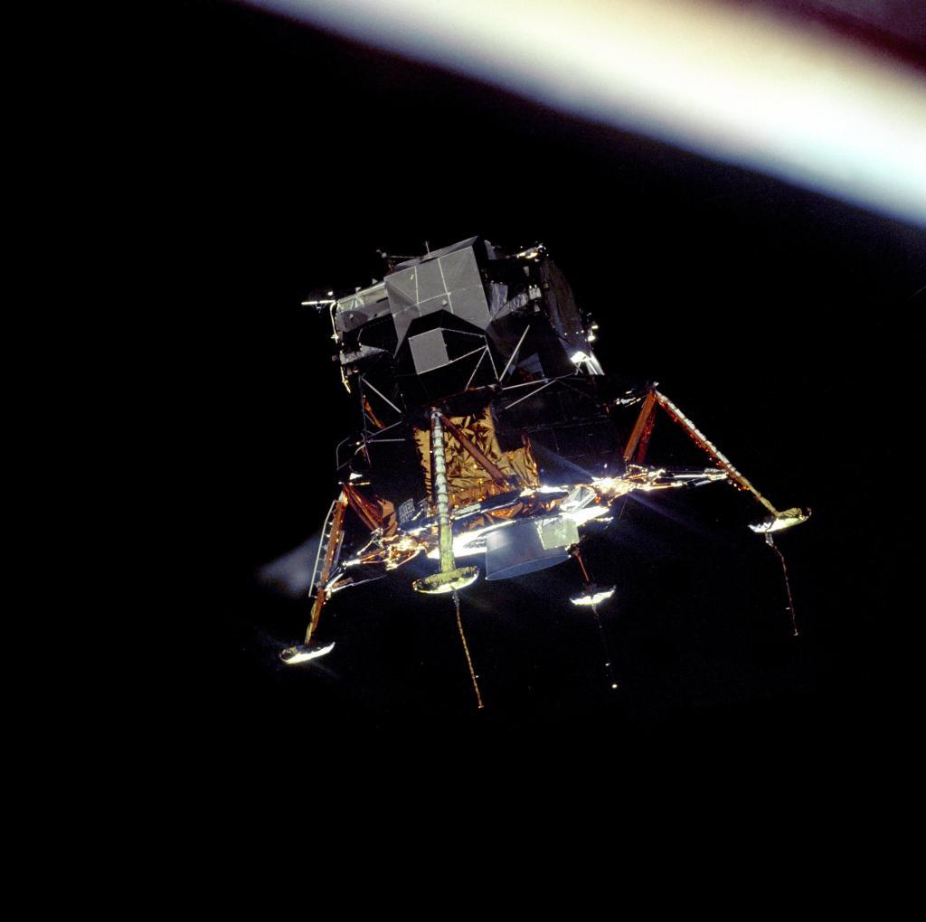 Módulo Eagle, da Apollo 11, pousando na lua